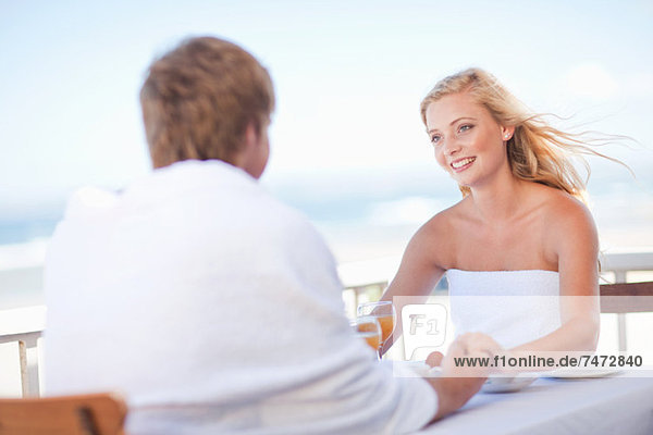 Paar beim Frühstück im Freien