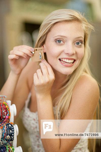 Lächelnde Frau beim Einkaufen im Laden