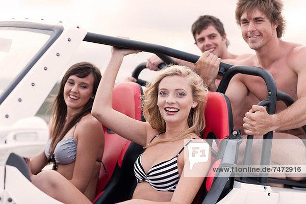 Freunde fahren im Jeep