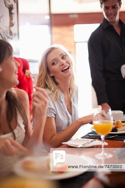 Frauen beim gemeinsamen Frühstück im Café