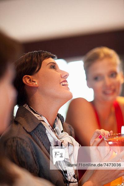 Frauen bei gemeinsamen Drinks an der Bar