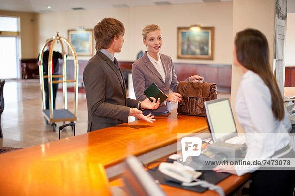 Geschäftsfrau beim Einchecken im Hotel