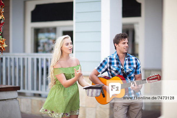 Paar spielt Musik auf der Straße