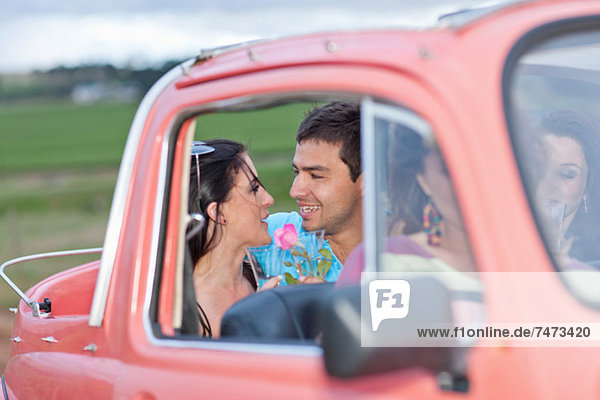 Paar spricht im Cabriolet