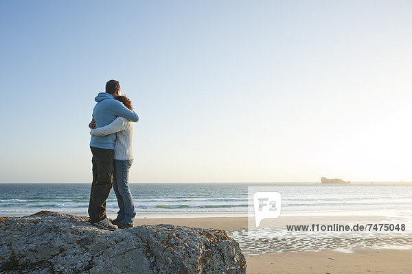 Frankreich  umarmen  Strand  reifer Erwachsene  reife Erwachsene  Bretagne  Finistere
