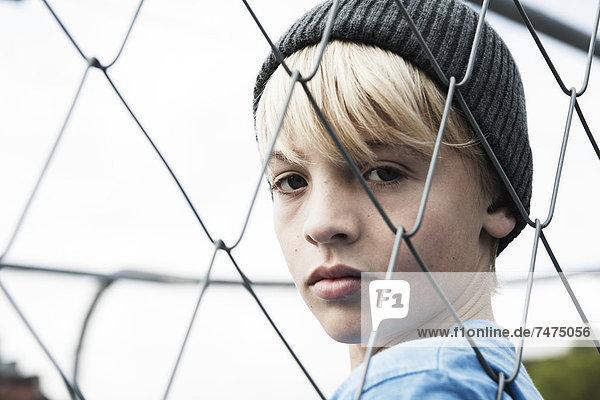 Portrait  sehen  Junge - Person  Zaun  blättern  Verbindungselement  Verbindung  Baden-Württemberg  Deutschland