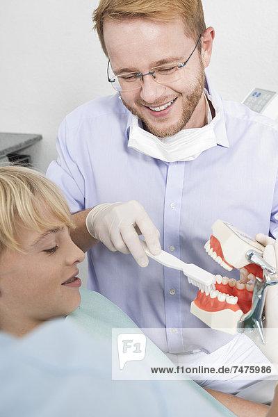 Junge - Person  Verabredung  Zahnarzt  Bürste  Deutschland