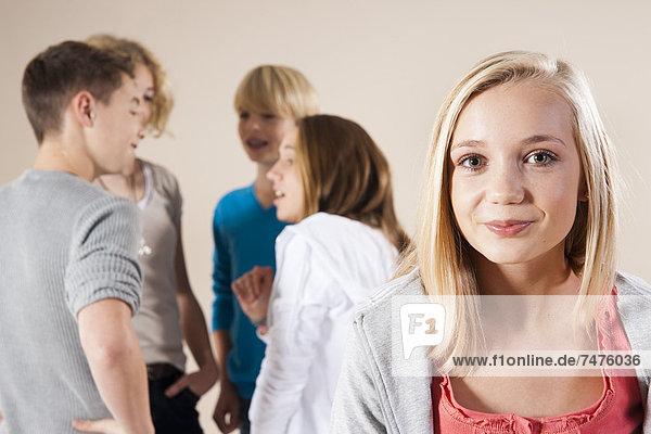 Jugendlicher  sprechen  lächeln  Junge - Person  Hintergrund  Mädchen