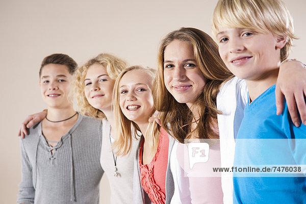 stehend Portrait Jugendlicher Junge - Person Menschliche Schulter Schultern Mädchen