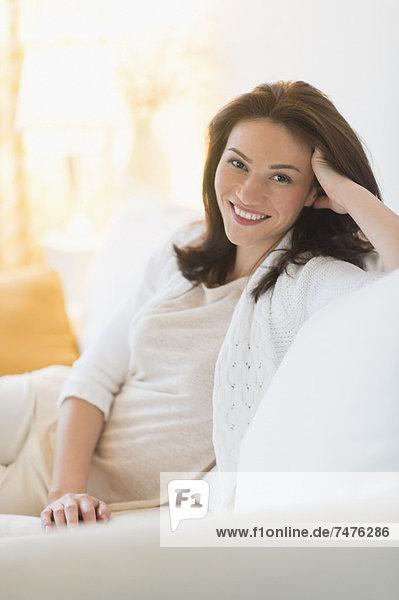 sitzend Portrait Frau Couch