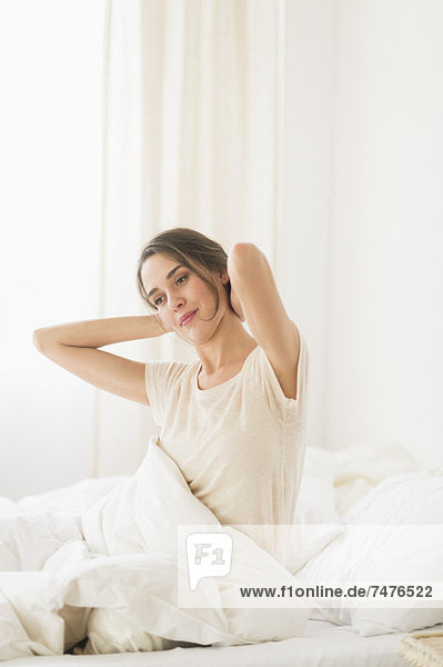 Frau Dehnung auf Bett