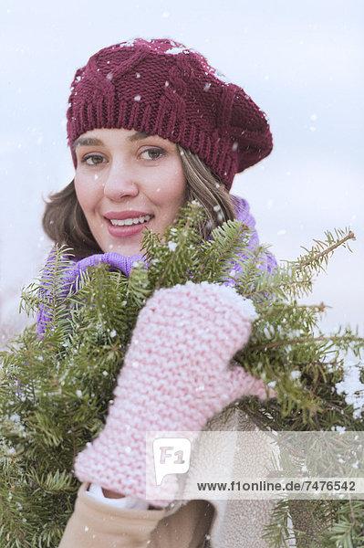 Portrait  Frau  tragen  Hut  Schal  Handschuh  jung  Blumenkranz  Kranz  Kleidung  stricken  Tanne