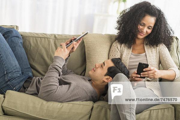 Handy  benutzen  Couch  Kurznachricht  Tablet PC