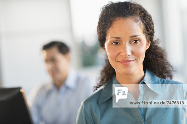 Portrait  Geschäftsfrau  arbeiten  Hintergrund  Büro  Chef