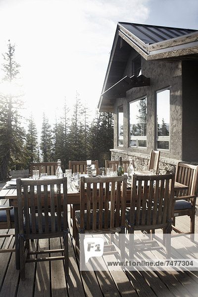 Stuhl Wohnhaus frontal Außenaufnahme Tisch