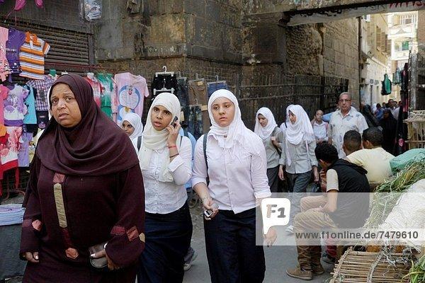 Kairo Hauptstadt nahe Wohnhaus gehen Straße Großstadt Stilleben still stills Stillleben Schule (Einrichtung) Islam Mädchen sprechen Ägypten alt Viertel Menge