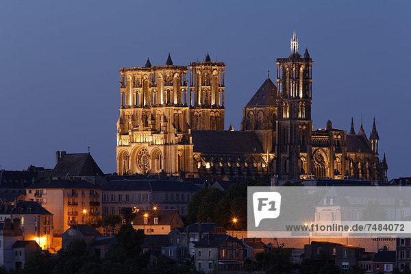 Kathedrale Notre-Dame de Laon über der Altstadt  Dämmerung  Laon  Via Francigena  Frankenstraße  Departement Aisne  Region Picardie  Frankreich  Europa