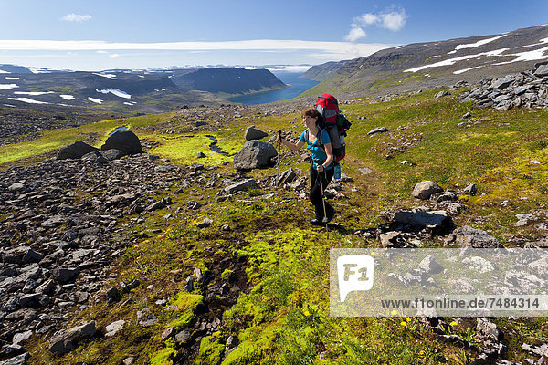 Junge Frau beim Trekking  Hornstrandir  Westfjorde  Westisland  Island  Europa