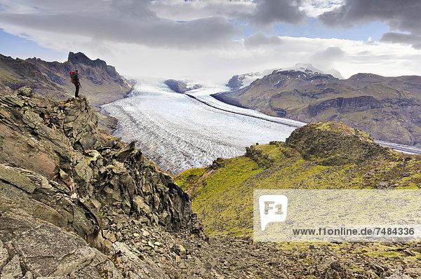 Bergsteigerin vor Gletscherzunge Vatnaj÷kull  Skaftafell  Südisland  Island  Europa