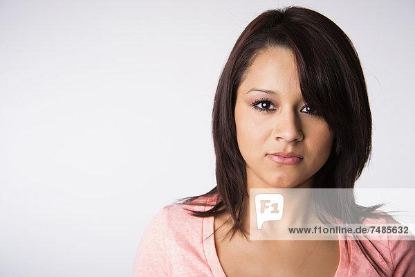 Porträt einer jungen Frau vor weißem Hintergrund