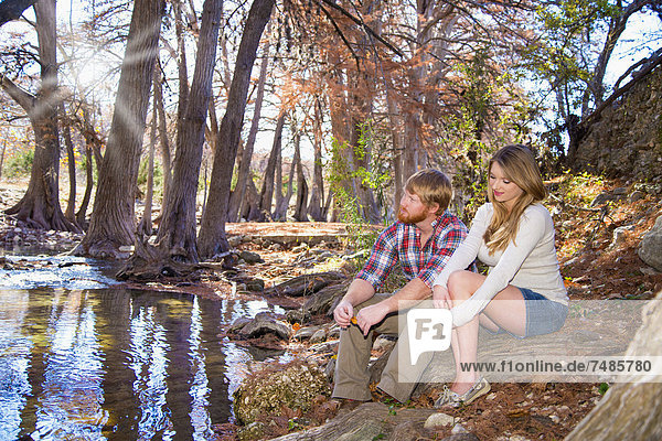 USA  Texas  Ehemann und Ehefrau sitzen am Bach