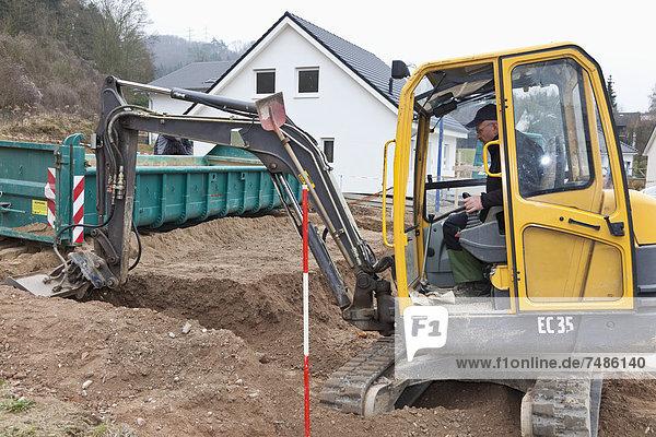 Europa  Deutschland  Rheinland-Pfalz  reifer Mann mit Aushubwagen zur Fundamenterstellung