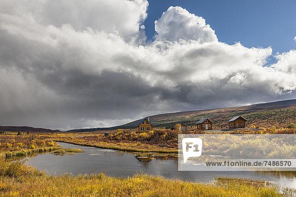 USA  Alaska  Blick auf Hütten am Denali Highway im Herbst