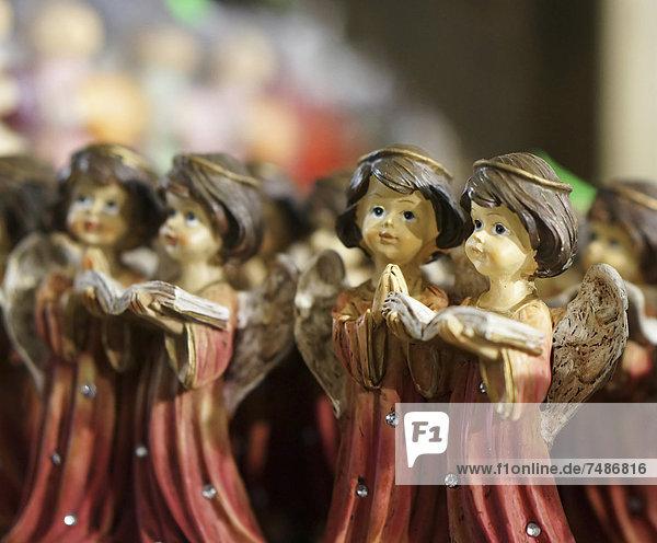 Deutschland  Weihnachtsdekoration mit Engelsfigurenpaaren Lesebuch