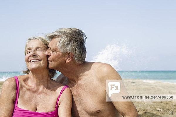 Spanien  Senior Mann küsst Frau  Nahaufnahme