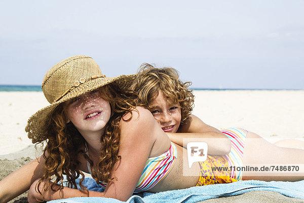 Spanien  Bruder und Schwester haben Spaß am Strand