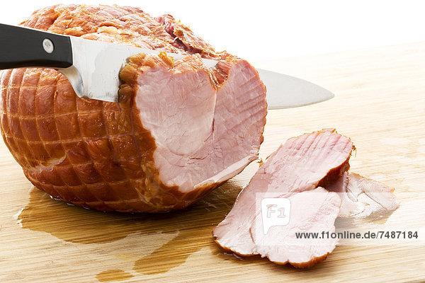 Geräuchertes Schweinekotelett auf Schneidebrett  Nahaufnahme