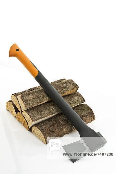 Axt auf Holzstapel
