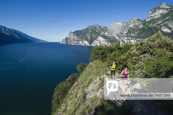 Italien  Mittleres erwachsenes Paar beim Joggen am Gardasee