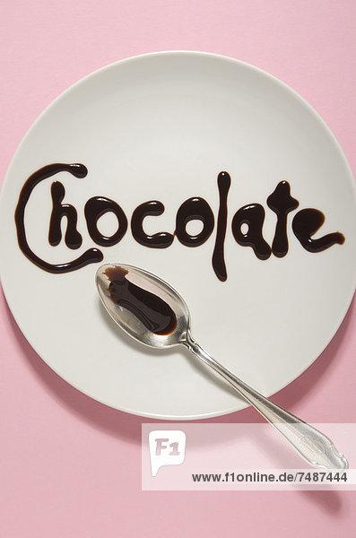 Textform mit Schokoladensauce auf Teller
