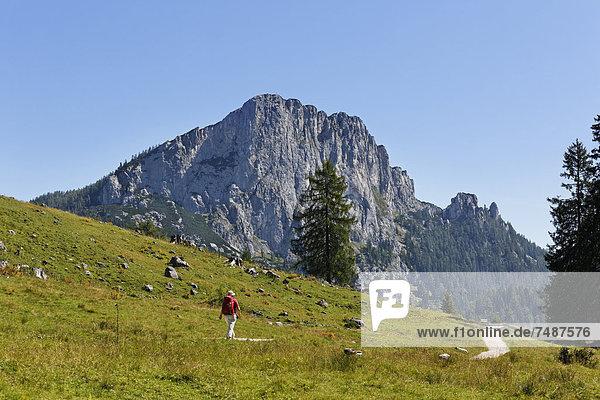 Österreich  Oberösterreich  Reife Frau beim Wandern auf dem Stubwieswipfel