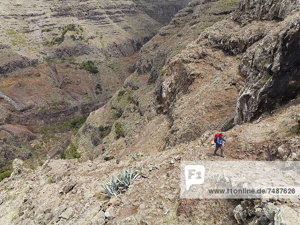 Europa  Spanien  Reife Frau beim Wandern im Valle Gran Rey