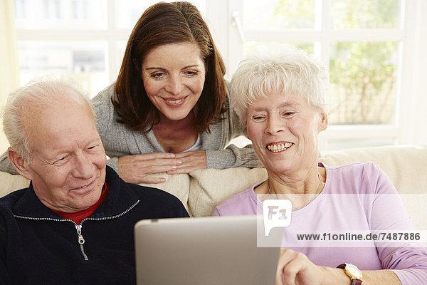 Mann und Frau mit digitalem Tablett