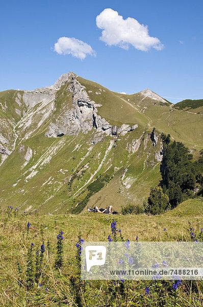 Österreich  Mittlere erwachsene Frau entspannt am Berg