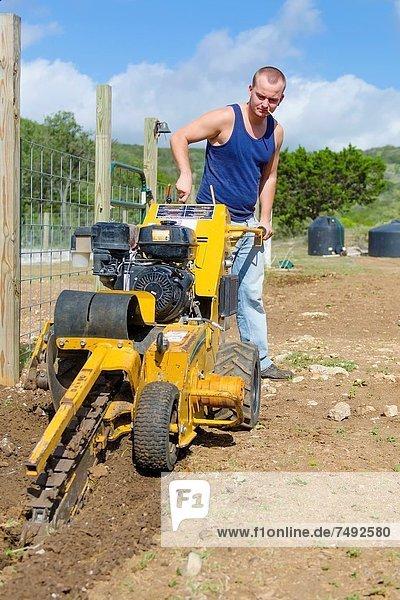 Europäer  Mann  Produktion  jung  graben  gräbt  grabend  handhaben