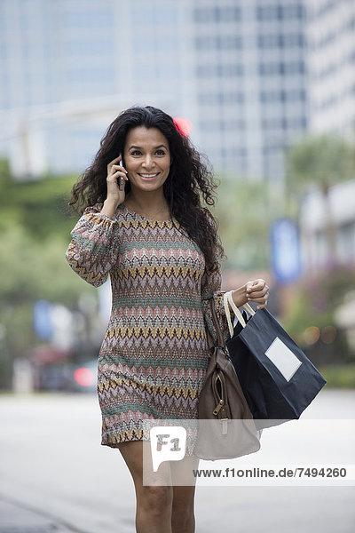 Hispanische Frau Gespräch auf Handy