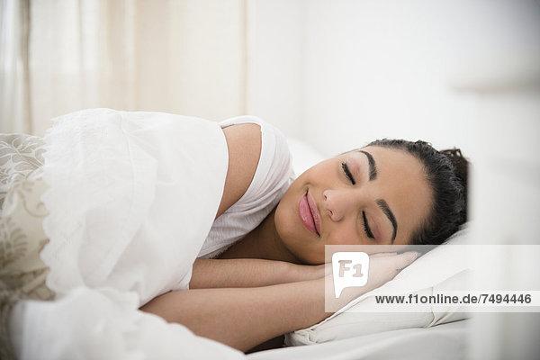 Frau  Hispanier  Bett  schlafen