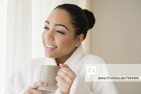 Frau  Tasse  Hispanier  trinken  Kaffee