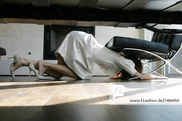 Frau Boden Fußboden Fußböden kriechen robben