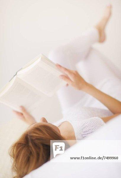 Portrait  Frau  Buch  Versuchung  jung  Taschenbuch  vorlesen Portrait ,Frau ,Buch ,Versuchung ,jung ,Taschenbuch ,vorlesen