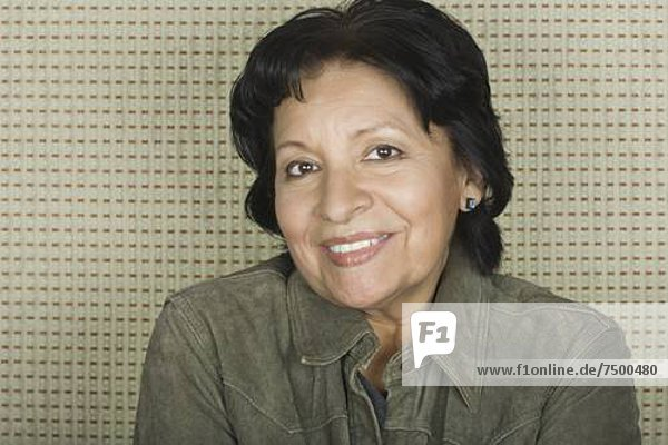 Senior  Senioren  Portrait  Frau  lächeln  Studioaufnahme