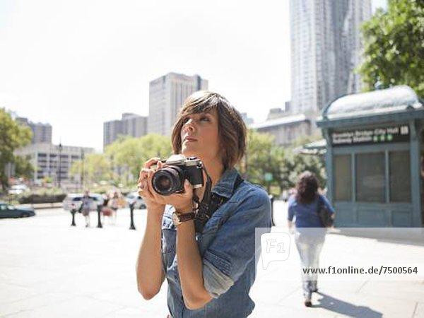 Frau  Fotografie  halten  jung  Fotoapparat  Kamera