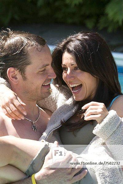 Wasser  Mann  Kleidung  Ehefrau  werfen  Spiel  über  simulieren  halten  Schwimmbad  schwimmen
