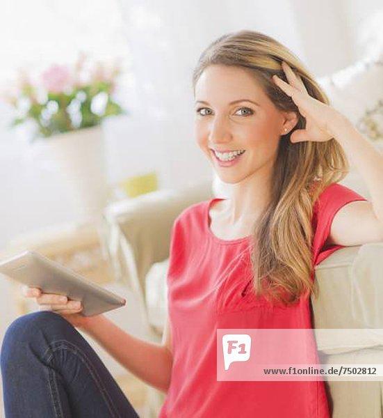 Portrait  Frau  Zimmer  arbeiten  jung  Tablet PC  Wohnzimmer