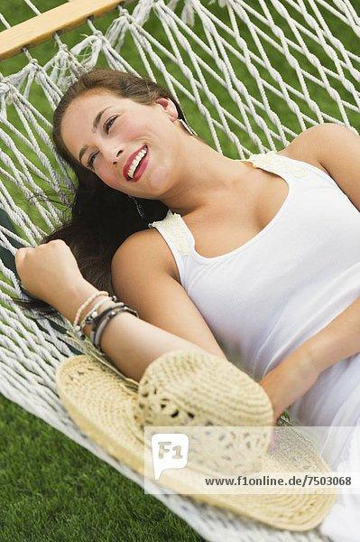 Frau entspannenden in Hängematte