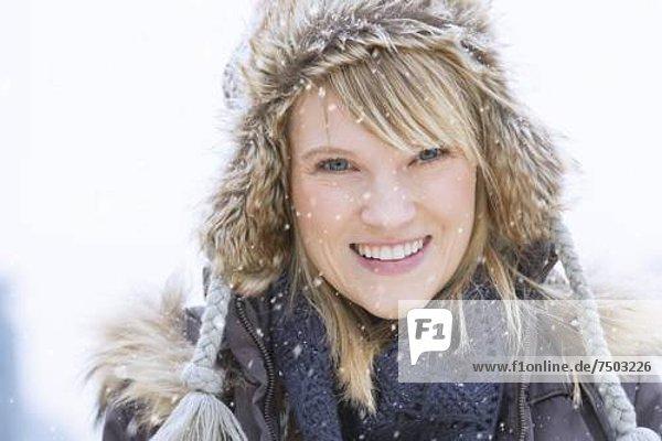Portrait  Frau  lächeln  Hut  Kleidung  stricken